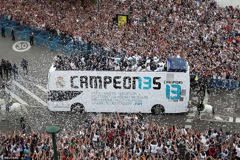 CĐV Real Madrid hô vang Ronaldo, ở lại đi trong lễ diễu hành mừng công hoành tráng - Ảnh 1.