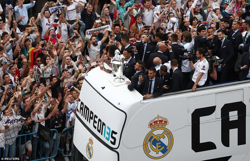 CĐV Real Madrid hô vang Ronaldo, ở lại đi trong lễ diễu hành mừng công hoành tráng - Ảnh 3.