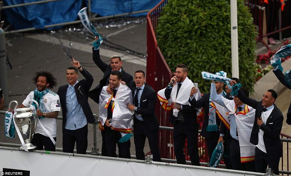 CĐV Real Madrid hô vang Ronaldo, ở lại đi trong lễ diễu hành mừng công hoành tráng - Ảnh 4.