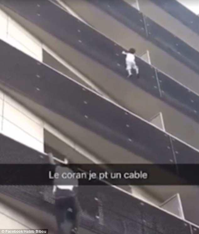 """Pháp: """"Spider man"""" leo thoăn thoắt 4 tầng nhà để giải cứu em bé treo lơ lửng ngoài ban công"""