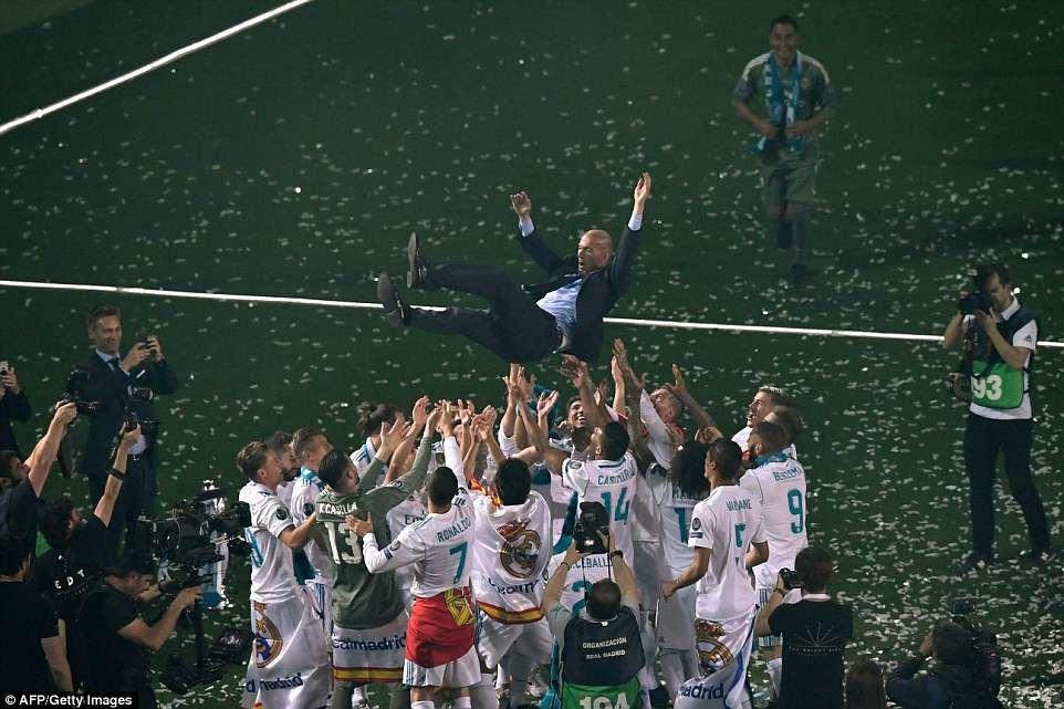 CĐV Real Madrid hô vang Ronaldo, ở lại đi trong lễ diễu hành mừng công hoành tráng - Ảnh 17.