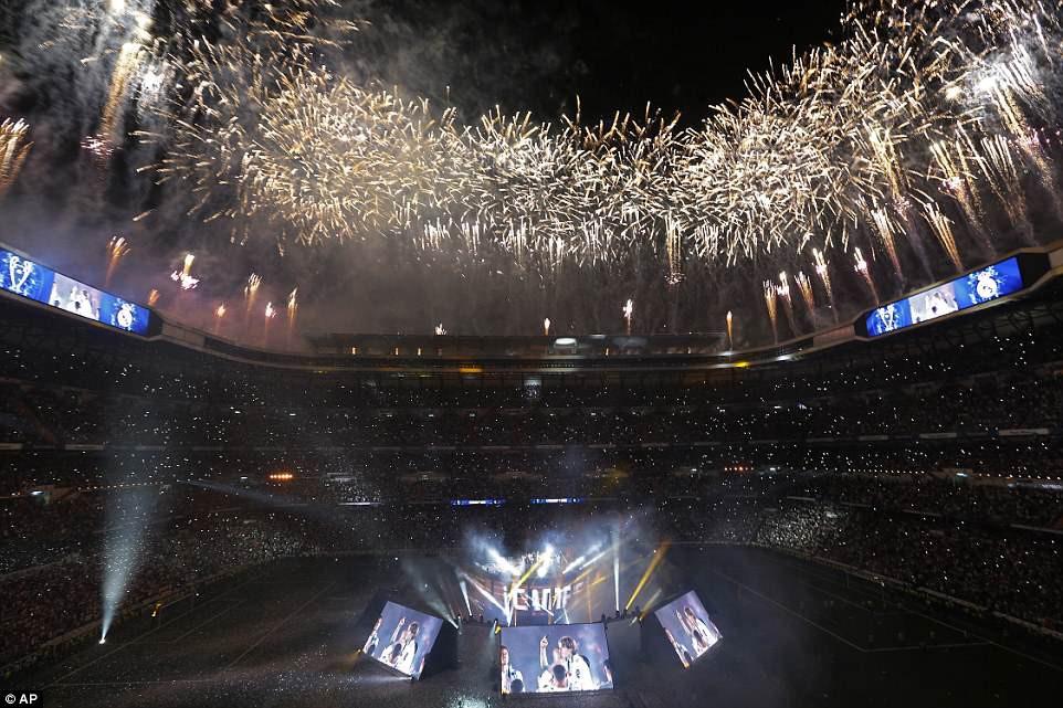 CĐV Real Madrid hô vang Ronaldo, ở lại đi trong lễ diễu hành mừng công hoành tráng - Ảnh 13.
