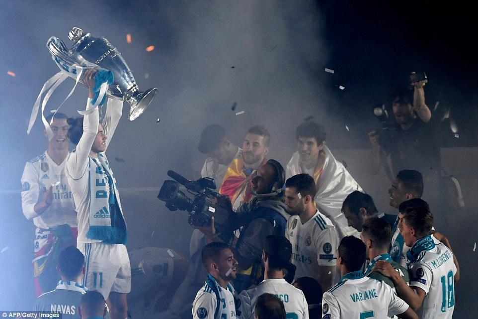 CĐV Real Madrid hô vang Ronaldo, ở lại đi trong lễ diễu hành mừng công hoành tráng - Ảnh 14.