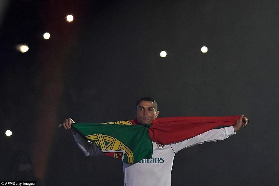 CĐV Real Madrid hô vang Ronaldo, ở lại đi trong lễ diễu hành mừng công hoành tráng - Ảnh 16.