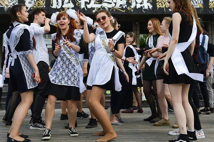 Ảnh: Các nữ sinh cấp 3 Nga xinh đẹp tinh nghịch chia tay tuổi học trò - Ảnh 1.