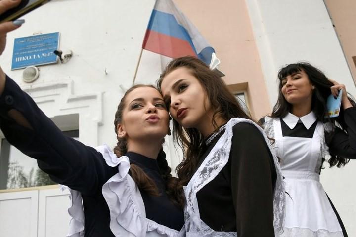 Ảnh: Các nữ sinh cấp 3 Nga xinh đẹp tinh nghịch chia tay tuổi học trò - Ảnh 2.