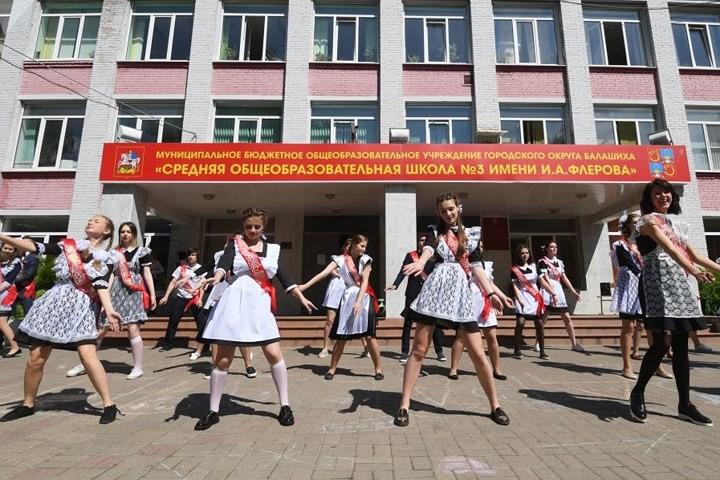 Ảnh: Các nữ sinh cấp 3 Nga xinh đẹp tinh nghịch chia tay tuổi học trò - Ảnh 11.