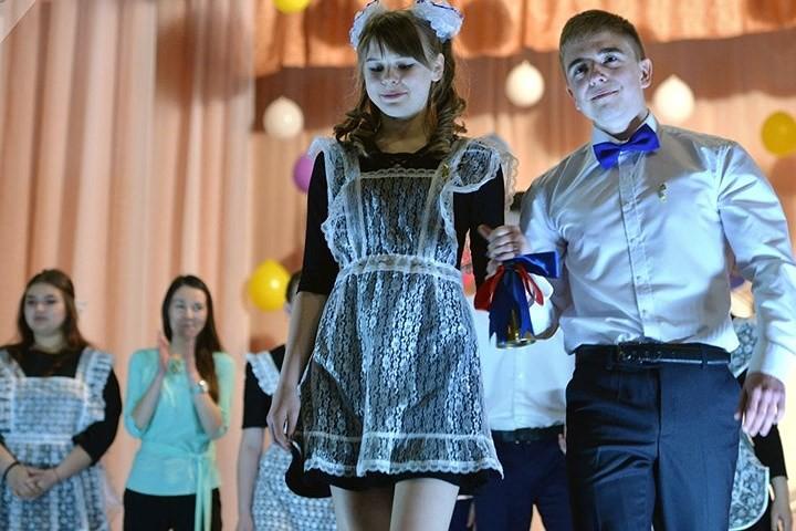 Ảnh: Các nữ sinh cấp 3 Nga xinh đẹp tinh nghịch chia tay tuổi học trò - Ảnh 12.