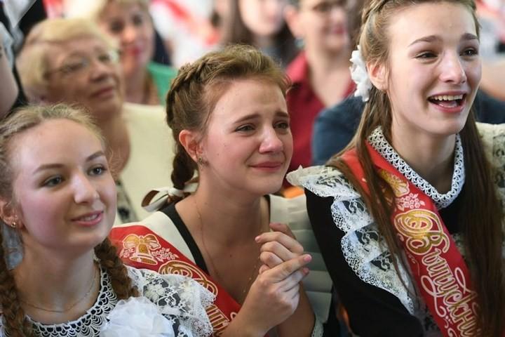 Ảnh: Các nữ sinh cấp 3 Nga xinh đẹp tinh nghịch chia tay tuổi học trò - Ảnh 13.