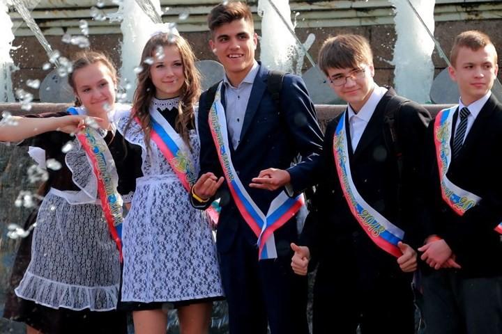 Ảnh: Các nữ sinh cấp 3 Nga xinh đẹp tinh nghịch chia tay tuổi học trò - Ảnh 16.