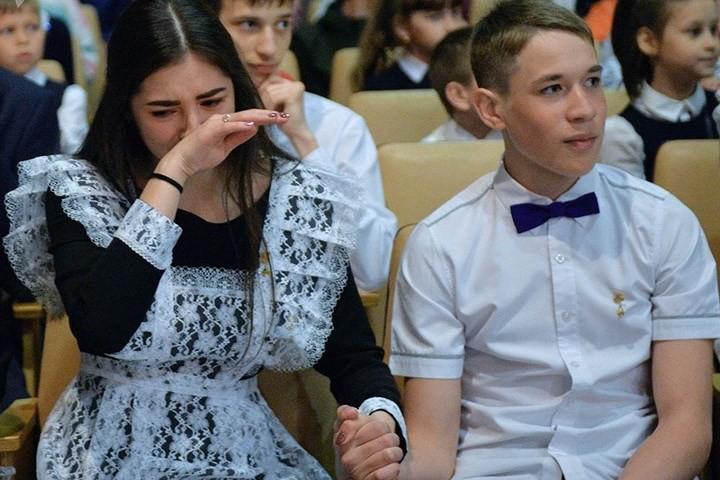 Ảnh: Các nữ sinh cấp 3 Nga xinh đẹp tinh nghịch chia tay tuổi học trò - Ảnh 3.