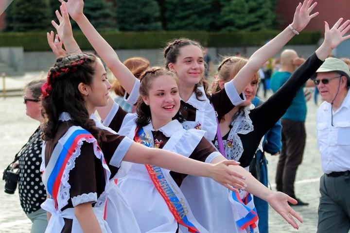 Ảnh: Các nữ sinh cấp 3 Nga xinh đẹp tinh nghịch chia tay tuổi học trò - Ảnh 4.