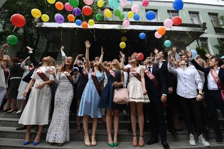Ảnh: Các nữ sinh cấp 3 Nga xinh đẹp tinh nghịch chia tay tuổi học trò - Ảnh 5.