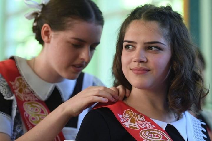 Ảnh: Các nữ sinh cấp 3 Nga xinh đẹp tinh nghịch chia tay tuổi học trò - Ảnh 6.