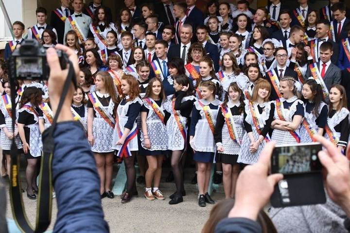 Ảnh: Các nữ sinh cấp 3 Nga xinh đẹp tinh nghịch chia tay tuổi học trò - Ảnh 7.