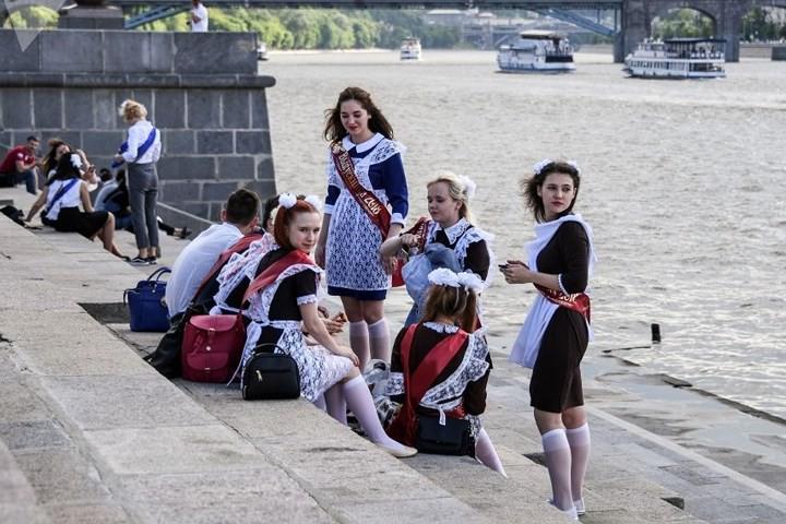 Ảnh: Các nữ sinh cấp 3 Nga xinh đẹp tinh nghịch chia tay tuổi học trò - Ảnh 8.