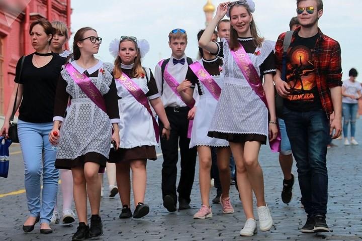 Ảnh: Các nữ sinh cấp 3 Nga xinh đẹp tinh nghịch chia tay tuổi học trò - Ảnh 9.