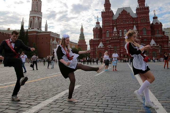 Ảnh: Các nữ sinh cấp 3 Nga xinh đẹp tinh nghịch chia tay tuổi học trò - Ảnh 10.