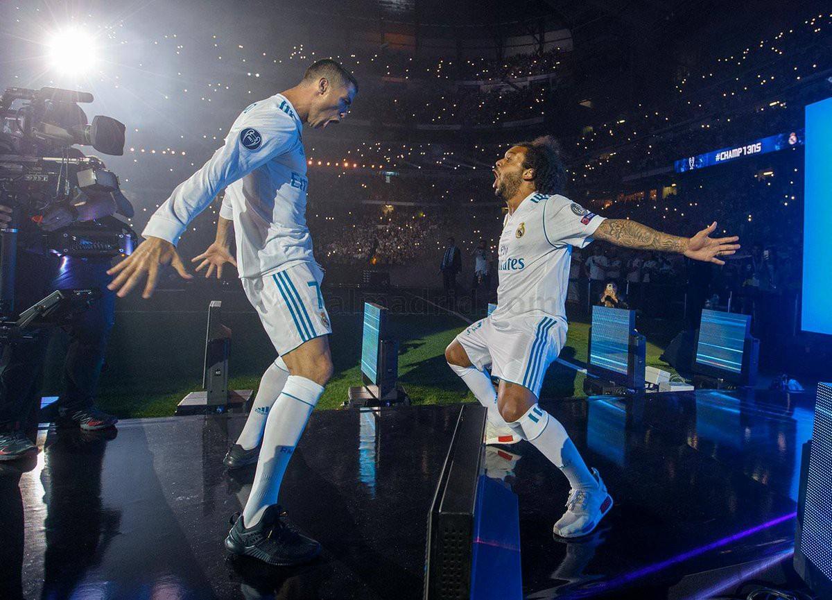CĐV Real Madrid hô vang Ronaldo, ở lại đi trong lễ diễu hành mừng công hoành tráng - Ảnh 15.