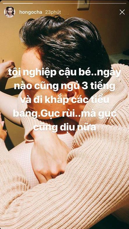 Theo bạn gái đi diễn khắp các tiểu bang ở Mỹ, Kim Lý mệt mỏi ngủ gục trên chân Hà Hồ - Ảnh 1.