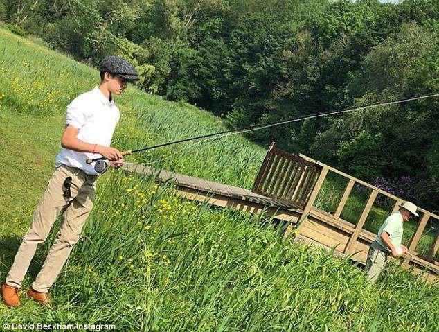 Đi câu cá cùng nhau mà bố con Beckham cũng phong cách ngời ngời, khiến dân tình trầm trồ - Ảnh 5.