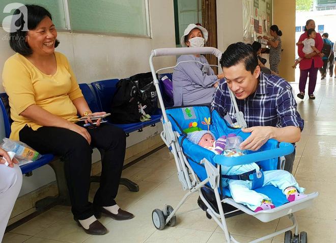 Ca sĩ Lam Trường đến thăm bé Bích - em bé bị vẩy ngứa da trăn trước khi bé nhập viện điều trị - Ảnh 3.
