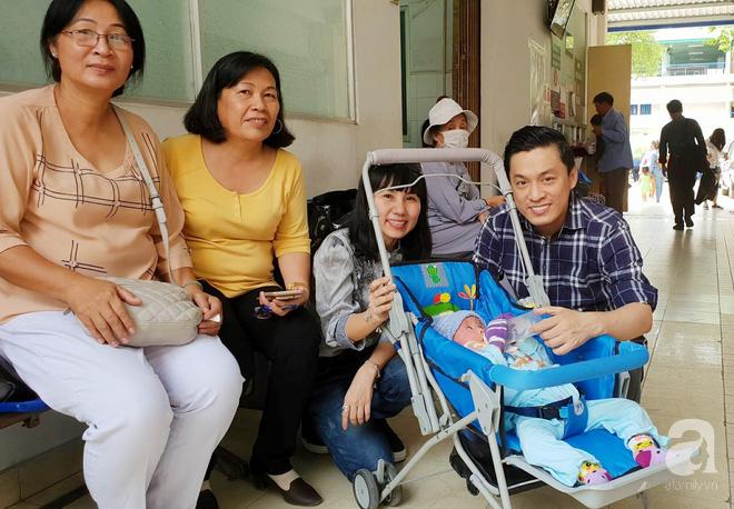 Ca sĩ Lam Trường đến thăm bé Bích - em bé bị vẩy ngứa da trăn trước khi bé nhập viện điều trị - Ảnh 5.