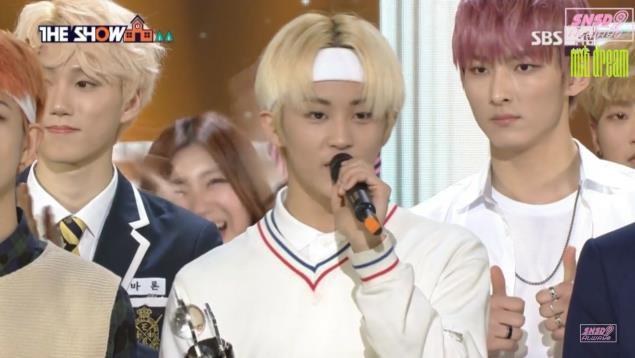 Hội idol vô duyên đệ nhất Kpop: Từ hám fame đến vô lễ với tiền bối trên sân khấu nhận cúp hàng tuần - Ảnh 14.