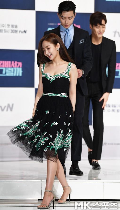 Chính thức trở lại, Park Min Young đẹp choáng ngợp và khoe vòng 1 siêu khủng bên tài tử Park Seo Joon - Ảnh 1.