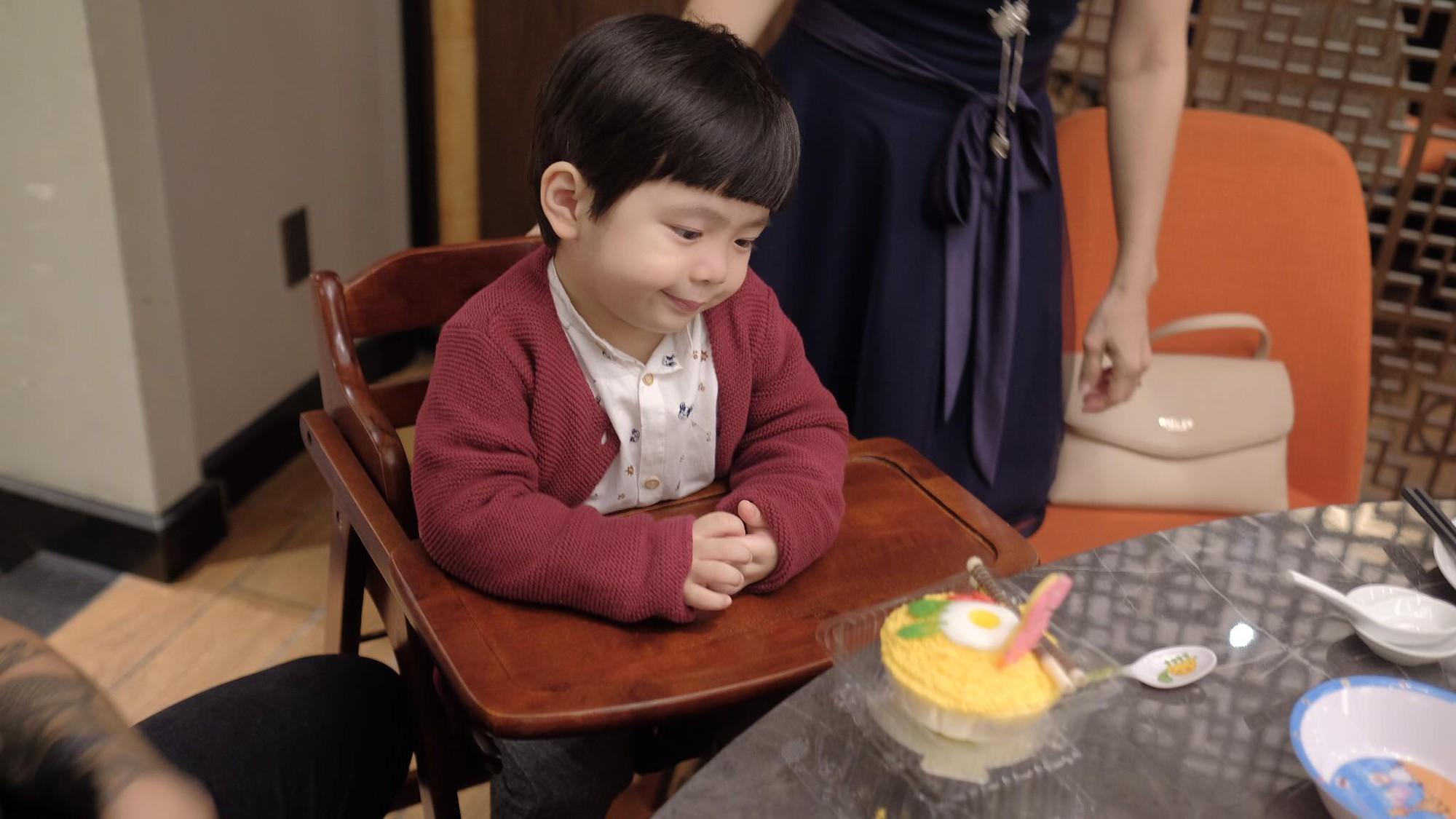 Biểu cảm hài hước của Hehe với chiếc bánh khiến dân mạng thích thú.