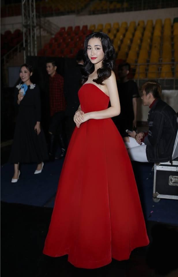 """Mặc lại váy cũ, Hòa Minzy """"đụng hàng"""" bất phân thắng bại với Nhã Phương - Ảnh 3."""