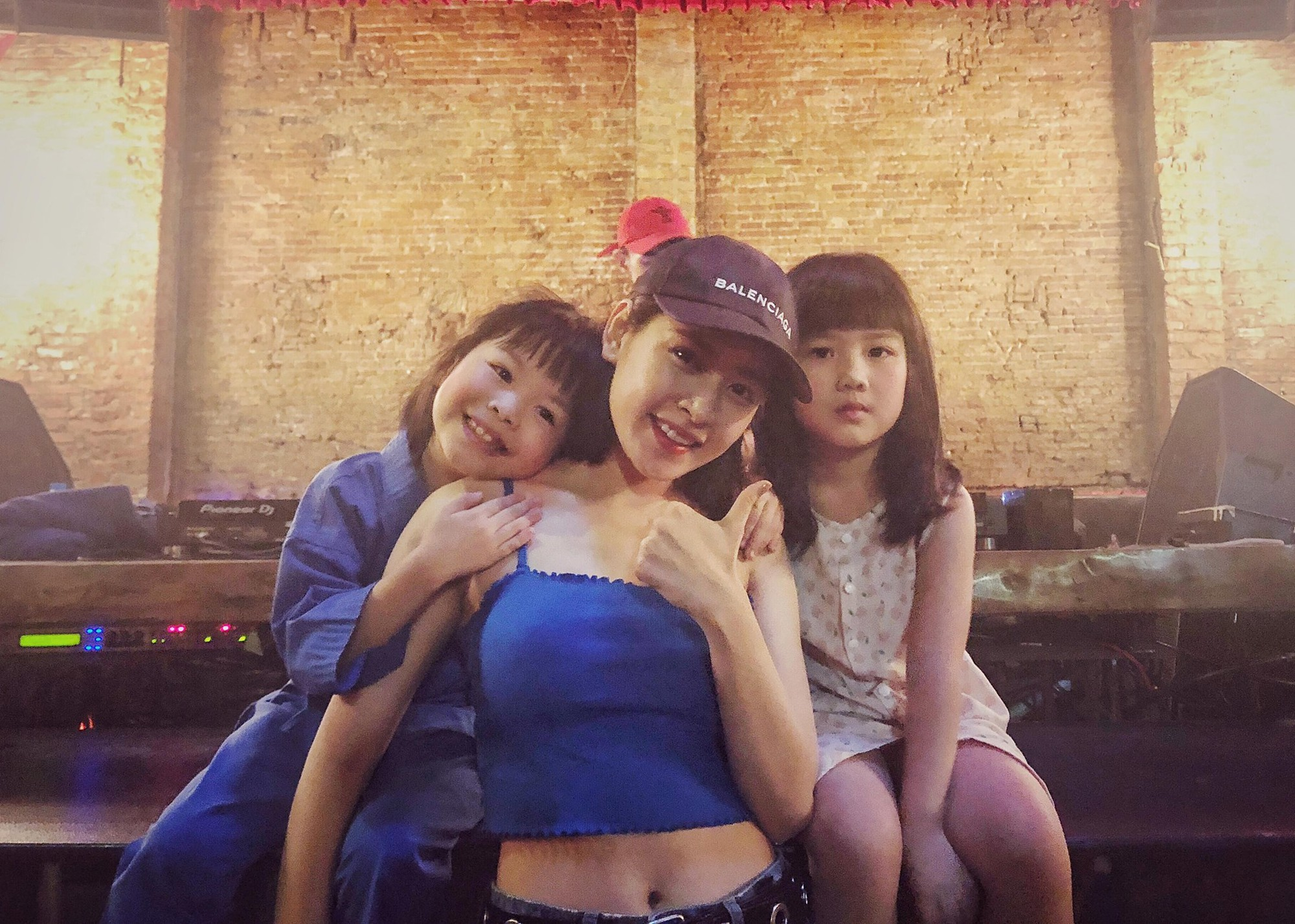 Hai chị em chụp ảnh cùng cô Chi Pu nè!