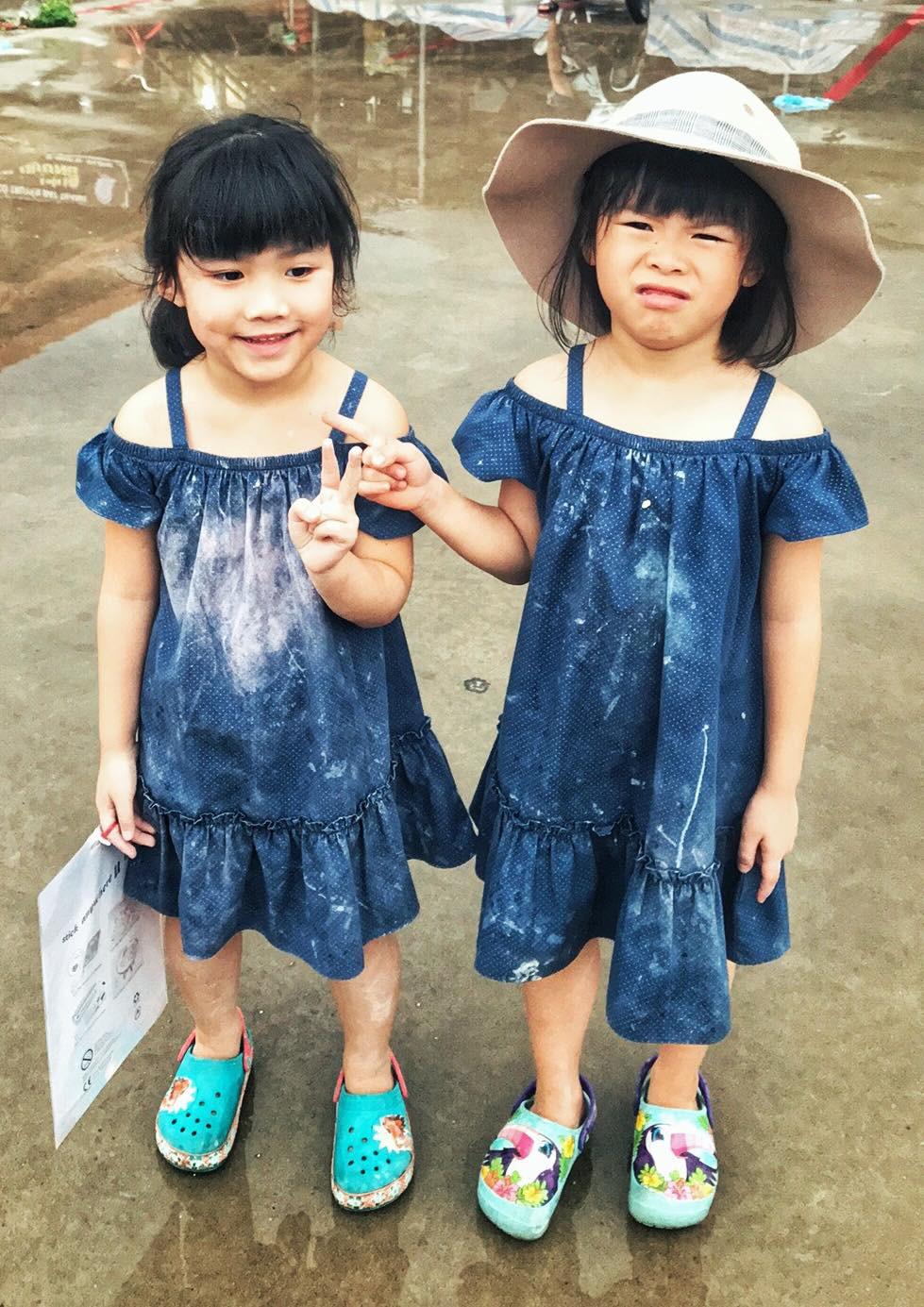 Miu (bên phải) và em Moon trong một chuyến đi học làm gốm.