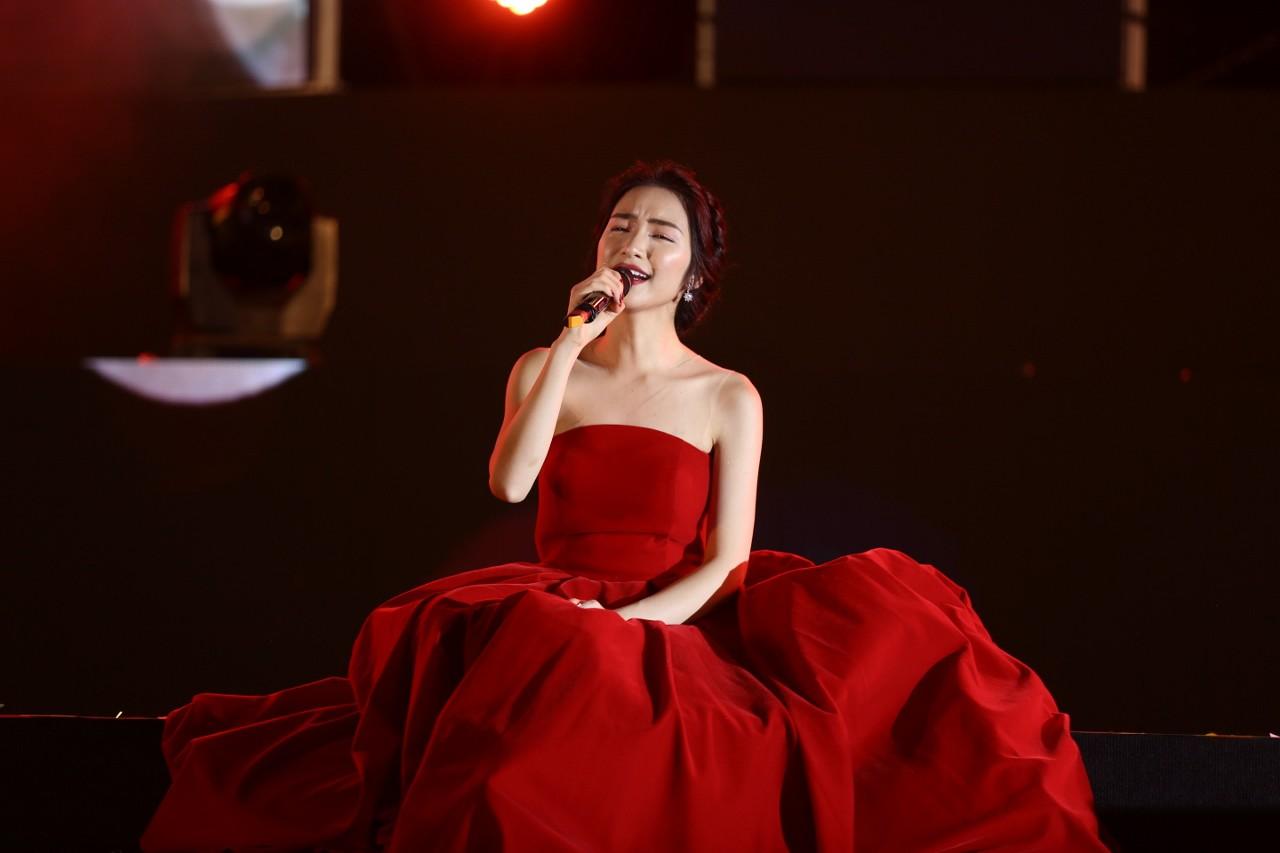 """Mặc lại váy cũ, Hòa Minzy """"đụng hàng"""" bất phân thắng bại với Nhã Phương - Ảnh 1."""