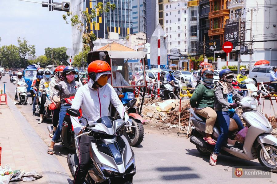 Chùm ảnh: Đường Tôn Đức Thắng trở nên lạ lẫm với người Sài Gòn sau khi hàng cây xanh biến mất hoàn toàn - Ảnh 6.