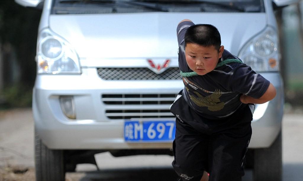 Những em nhỏ sở hữu năng lực đặc biệt: 5 tuổi phá vỡ hai kỉ lục thế giới, 7 tuổi kéo được ô tô gần 2 tấn - Ảnh 1.
