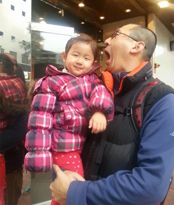 Mỗi năm chụp một bức ảnh bố và con gái giống hệt nhau, 10 năm sau bộ ảnh khiến nhiều người cảm động - Ảnh 1.