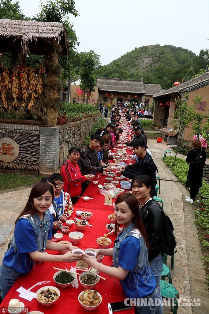 Hoa mắt chóng mặt với bữa tiệc ăn mừng gồm hơn 100 cặp sinh đôi tại Trung Quốc - Ảnh 3.