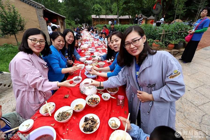 Hoa mắt chóng mặt với bữa tiệc ăn mừng gồm hơn 100 cặp sinh đôi tại Trung Quốc - Ảnh 4.