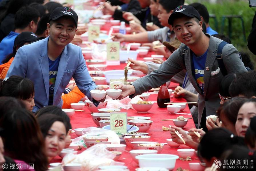 Hoa mắt chóng mặt với bữa tiệc ăn mừng gồm hơn 100 cặp sinh đôi tại Trung Quốc - Ảnh 5.
