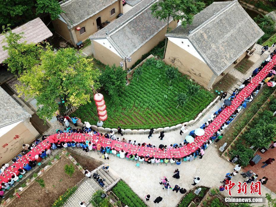 Hoa mắt chóng mặt với bữa tiệc ăn mừng gồm hơn 100 cặp sinh đôi tại Trung Quốc - Ảnh 8.