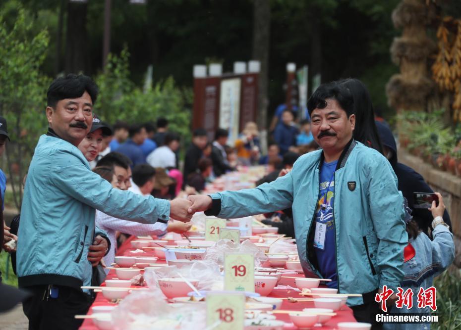 Hoa mắt chóng mặt với bữa tiệc ăn mừng gồm hơn 100 cặp sinh đôi tại Trung Quốc - Ảnh 6.