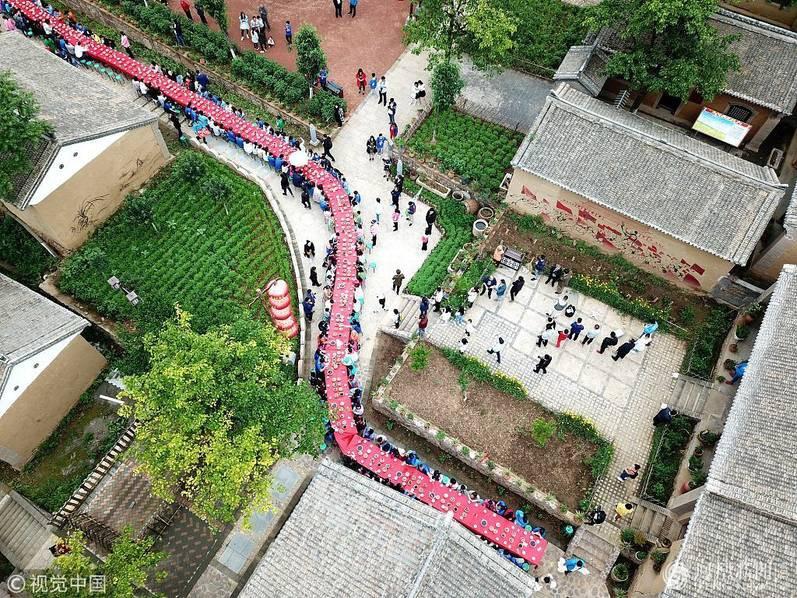 Hoa mắt chóng mặt với bữa tiệc ăn mừng gồm hơn 100 cặp sinh đôi tại Trung Quốc - Ảnh 9.