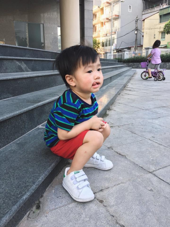 Em bé Xoài tự ngã tự đứng dậy rất ngoan!