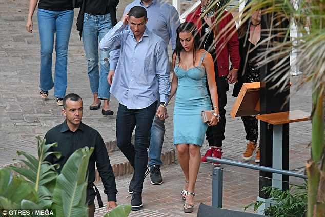 Georgina mặc váy trễ nải, nắm tay Ronaldo trên đường phố - Ảnh 3.