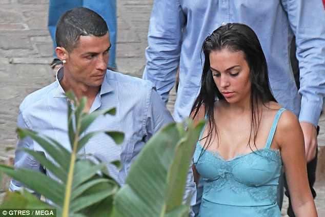 Georgina mặc váy trễ nải, nắm tay Ronaldo trên đường phố - Ảnh 2.