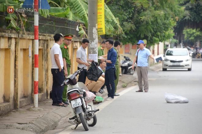 Vào thời điểm trên, một người đàn ông điều khiển xe máy lưu thông trên đường Võ Quý Huân ra hướng quốc lộ 32, khi đi đến gần cổng trường THPT Minh Khai thì bị xe tải đang lùi đâm trúng. Trên xe máy có 3 người gồm một bà bầu, một bé gái khoảng 4 tuổi và một người đàn ông điều khiển phương tiện.
