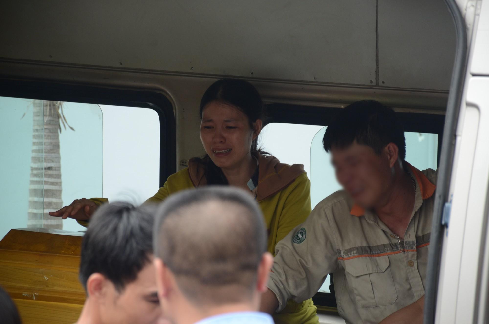Anh Hoàng cùng người thân khóc ngất trên chiếc xe chở 3 vợ con.