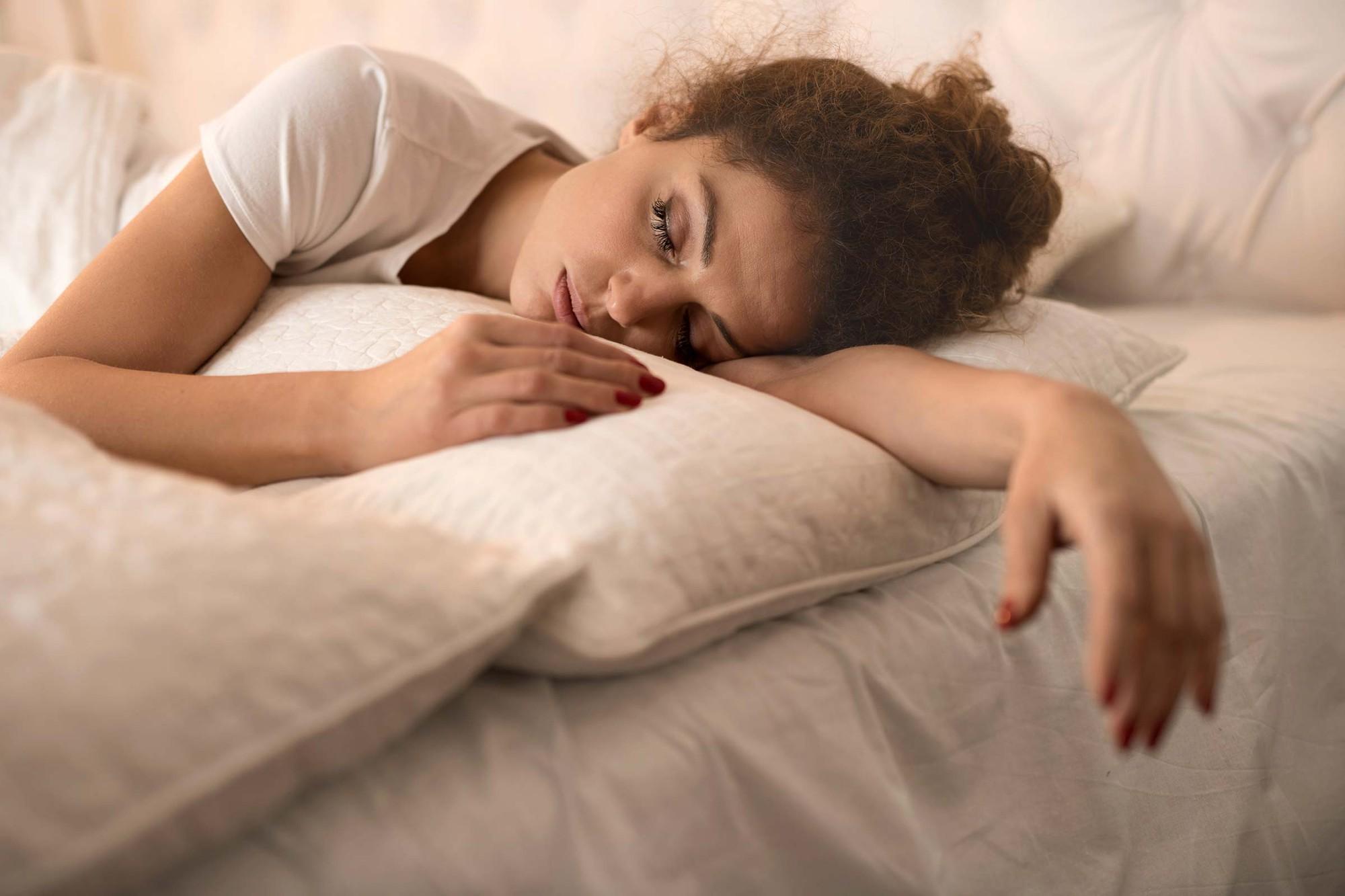 Ngủ trưa dậy thấy đau đầu có thể là do bạn đã phạm phải một số sai lầm sau