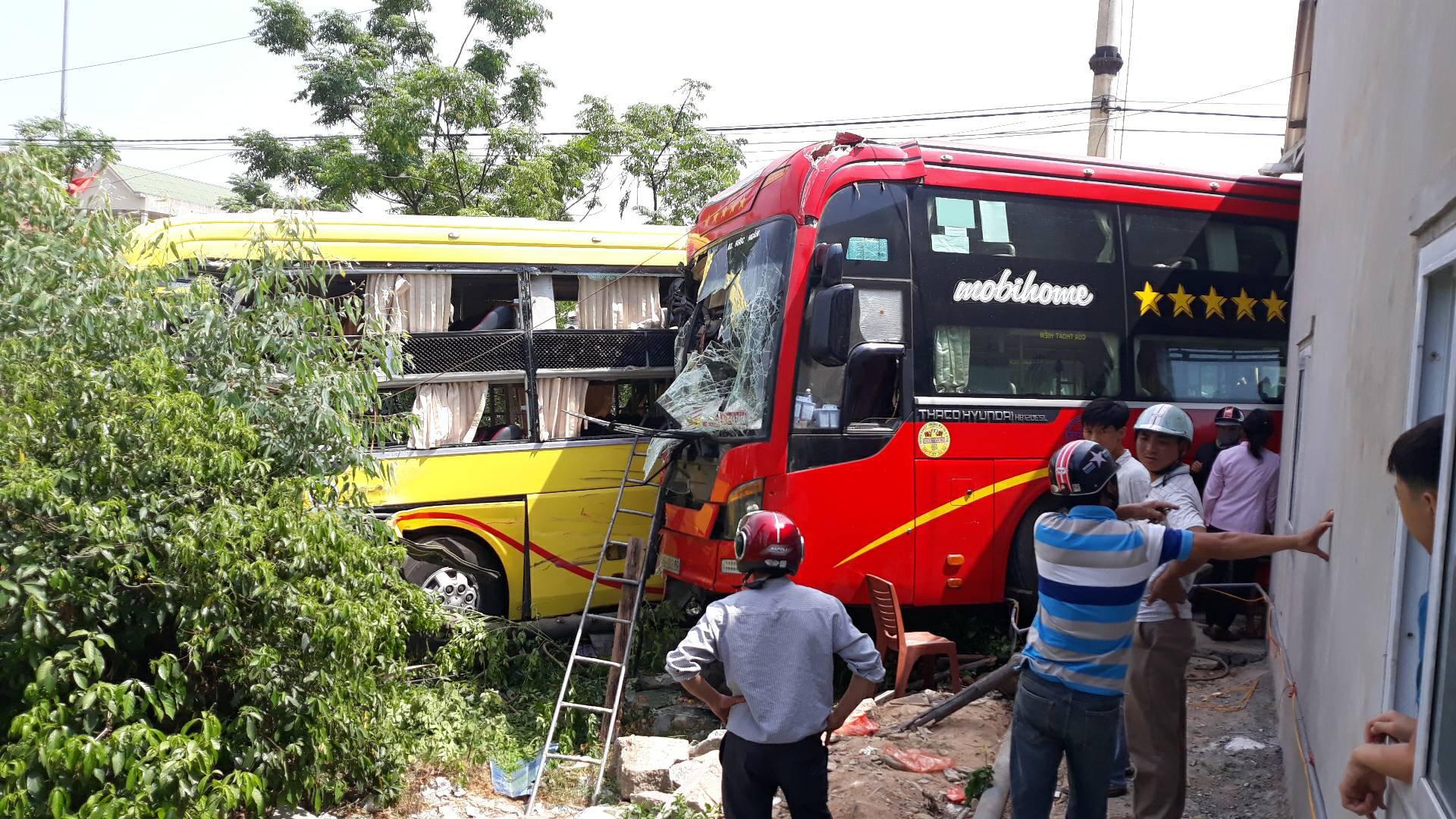 Hai xe khách tông nhau khi rẽ nghỉ chân vào quán cơm bên đường, 40 hành khách la hét hoảng loạn - Ảnh 1.
